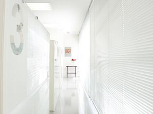 白を基調とした清潔感ある院内